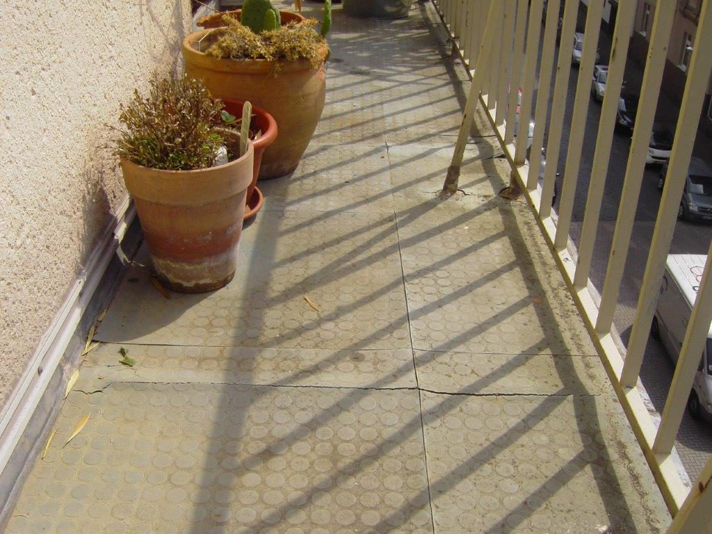 Alter, sanierungsbedürftiger Balkon