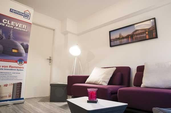 Wohnzimmer mit lila Couch in einer Souterrainwohnung