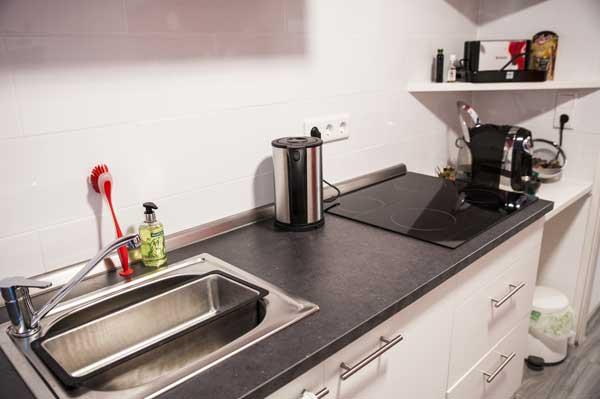 Küchenzeile einer Souterrainwohnung