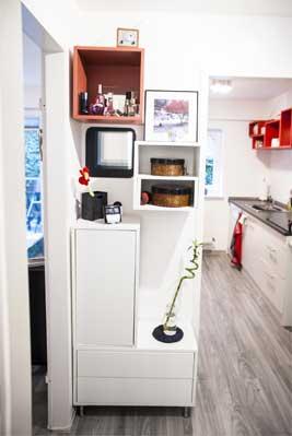 Wohnungsflur und Blick in die Küche einer Souterrainwohnung