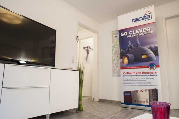 Wohnzimmer mit TV in einer Souterrainwohnung