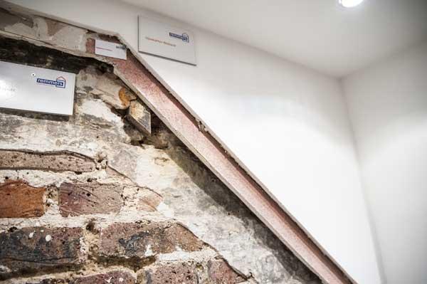 Wandquerschnitt einer Souterrainwohnung welcher die verschiedenen Abdichtungs- und Dämmungsschichten zeigt