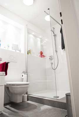 Badezimmer mit begehbarer Dusche in einer Souterrainwohnung