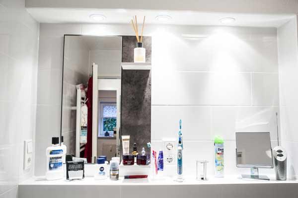 Badezimmer mit großem Spiegel in einer Souterrainwohnung