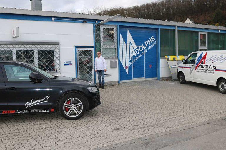 Firmengelände Adolphs Bautenschutz GmbH mit Bus und Auto