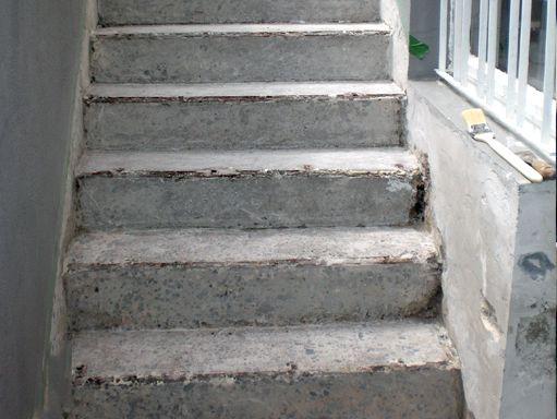 Sanierungsbedürftige Kelleraußentreppe