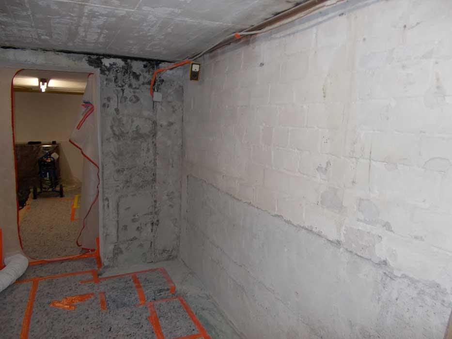Feuchter Keller mit kaputten Wänden
