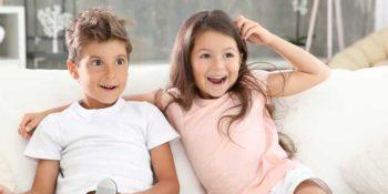 Glückliche Kinder auf Sofa