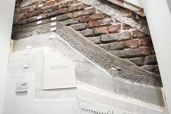 Wandquerschnitt von Mauerwerk über Abdichtungsschichten bis Dämmung