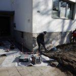 Bautenschützer entfernen alte Putzschicht an der Außenwand